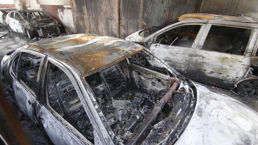 El fuego arrasa unos talleres en el polígono Amargacena con 45 vehículos en su interior