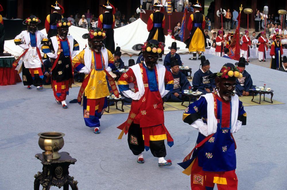 Corea del Sur - El Cheoyongmu, antigua danza cortesana objeto de representaciones escénicas.