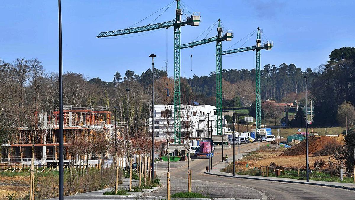Construcción en la urbanización de Xaz, donde se levantarán más de 600 viviendas. |   // VÍCTOR ECHAVE