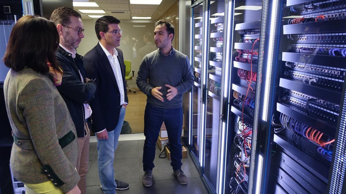 El alcalde, Jorge Rodríguez, en una visita a los servidores TIC de Ontinyent.