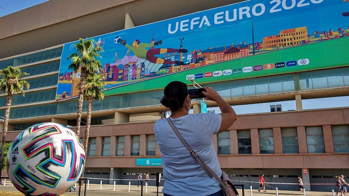 Imagen tomada ayer en La Cartuja, dónde España contará con el apoyo de 16.000 espectadores mañana ante Suecia.  | EFE/JULIO MUÑOZ