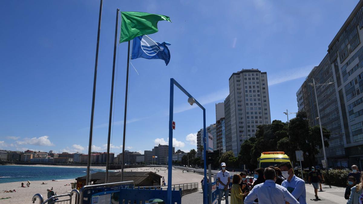 Bandera azul en la playa de Riazor, en el casco urbano de A Coruña.