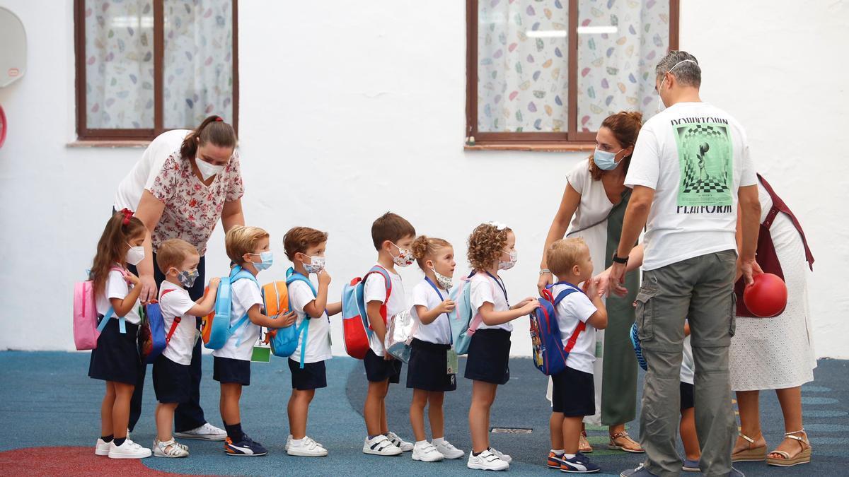 En fila para entrar a clase el primer día del curso.