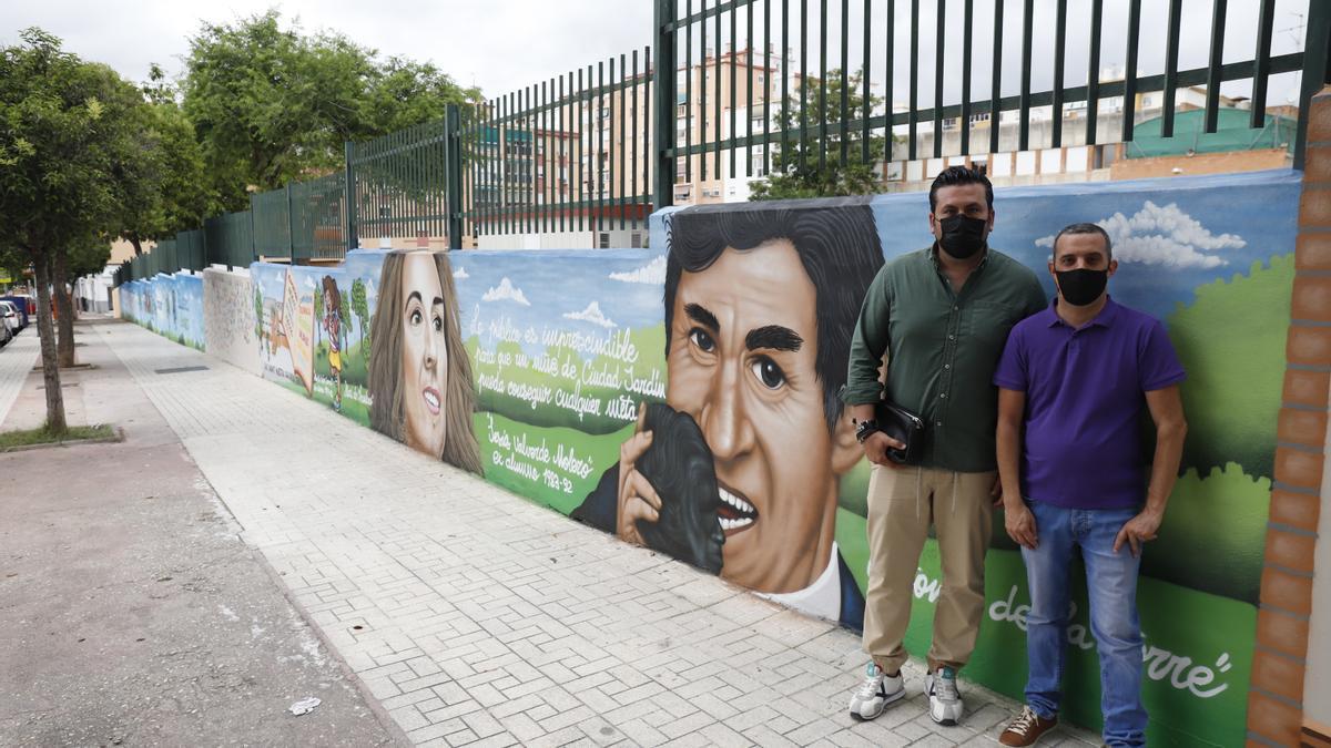 El director del CEIP Blas Infante, Antonio Miguel Lara, y el exalumno Jesús Valverde, esta semana ante el mural con los dos famosos excolegiales.