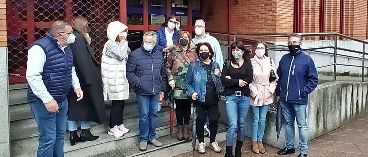 Los familiares de Luis Salazar, ayer, en el acceso a los Juzgados. | D. M.