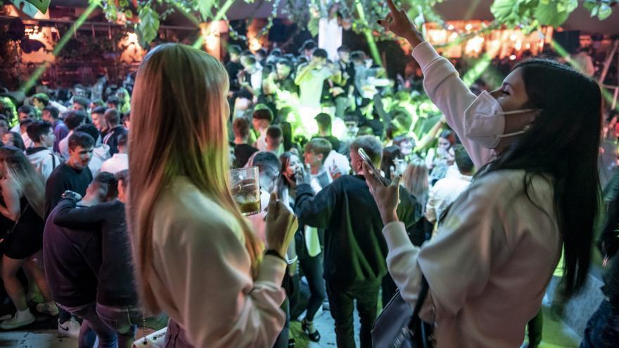 Els joves omplen els locals d'oci nocturn de Manresa recordant nits precovid