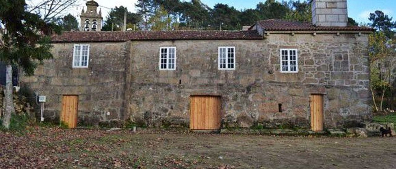 Fachada de la casa rectoral adquirida por la comunidad de montes de Vincios para uso vecinal.  