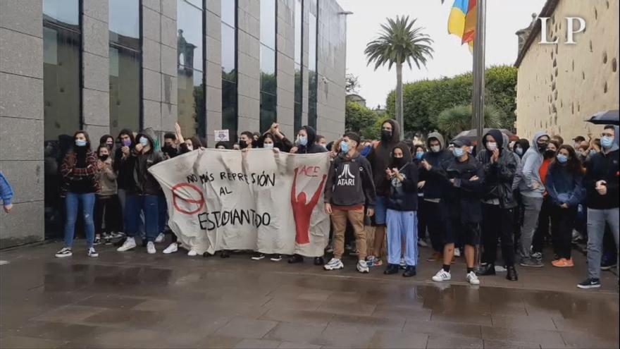 Estudiantes de la ULL se congregan frente a los juzgados en apoyo a los dos jóvenes detenidos