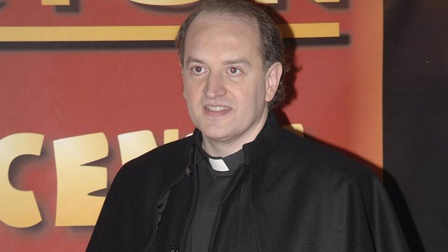 El Padre Apeles, de polemista de televisión a capitán del Ejército de Tierra