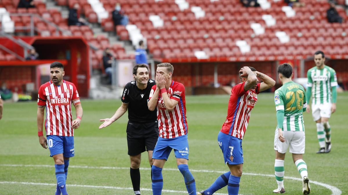 Los jugadores del Sporting protestan el posible penalti no señalado por De Burgos Bengoetxea