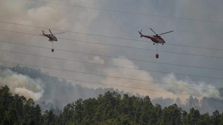 Los helicópteros trabajan sobre el fuego en Arico