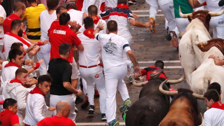 Un herido por asta de toro en el sexto encierro