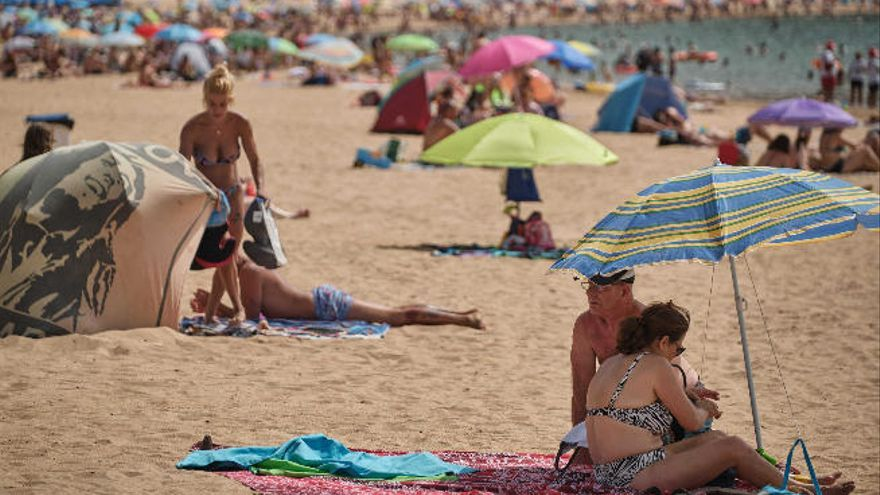 ¿Te imaginas la playa de Las Teresitas con arena negra y guijarros? Así era hace 50 años