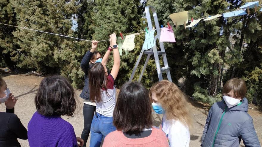 Unos estudiantes aragoneses 'hacen la colada' en el Día de la Poesía