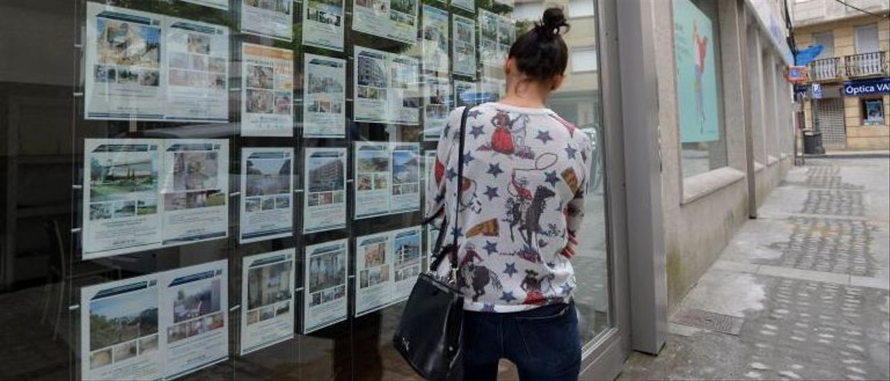 Una joven consulta anuncios de una inmobiliaria en Ourense.     // IÑAKI OSORIO