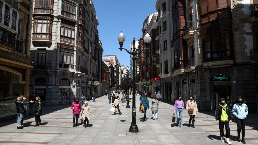 En las terrazas y al sol: así se vive la previa del derbi asturiano