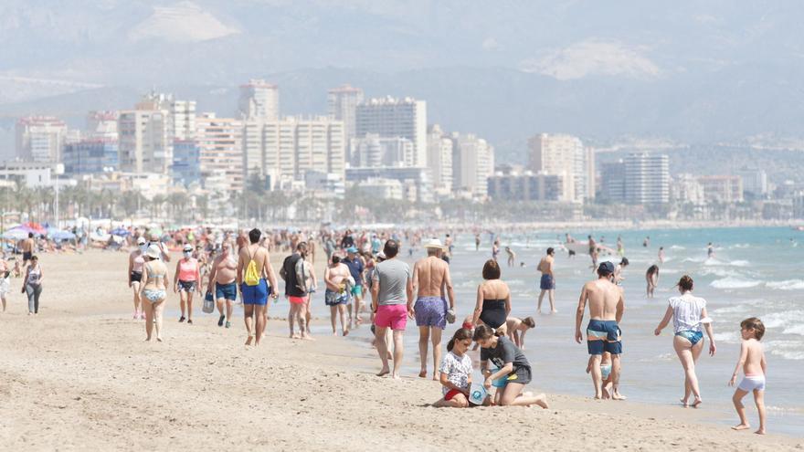 Alicante registra su primera noche tropical del año con temperaturas de 22 grados