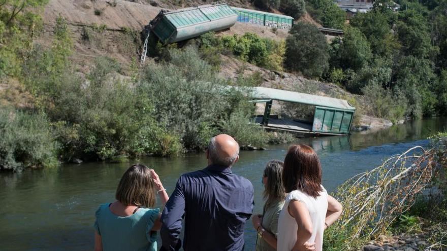 Adif termina de retirar los vagones del tren que descarriló junto al río Sil