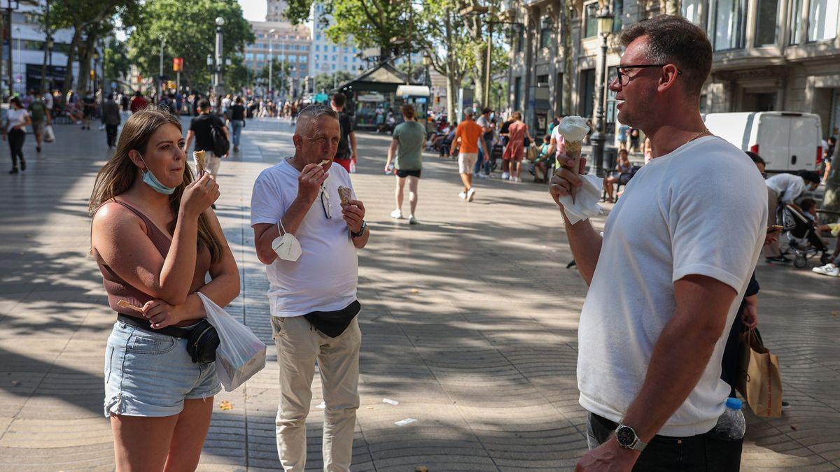 Un grupo de turistas toma helados en la Rambla de Barcelona, el pasado día 8.