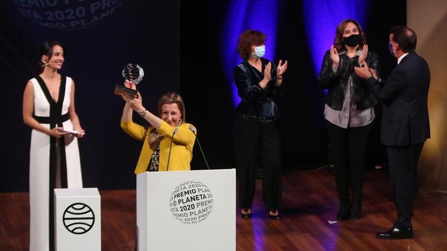 Eva García Sáez de Urturi recogiendo el Premio Planeta