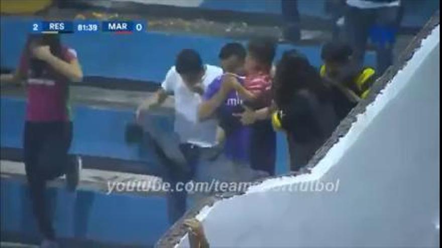 Batalla campal entre aficionados durante un partido en Honduras