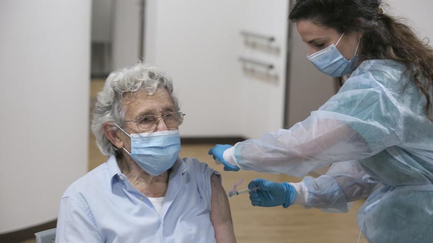 Salud administrará al mismo tiempo la tercera dosis  y la vacuna de la gripe a los mayores de 70 años desde el 4 de noviembre