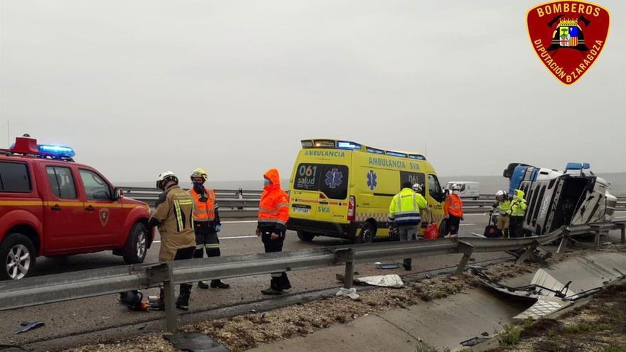 Herido el conductor de un camión tras volcar en la A-2, en el término municipal de La Muela