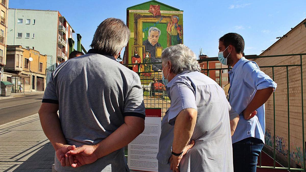 Francisco Guarido y Antonio Pedrero contemplan el mural en la cuesta de La Morana. | Cedida