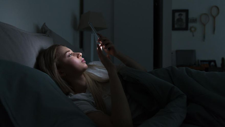 Comer y cenar tarde y mirar pantallas antes de dormir engorda