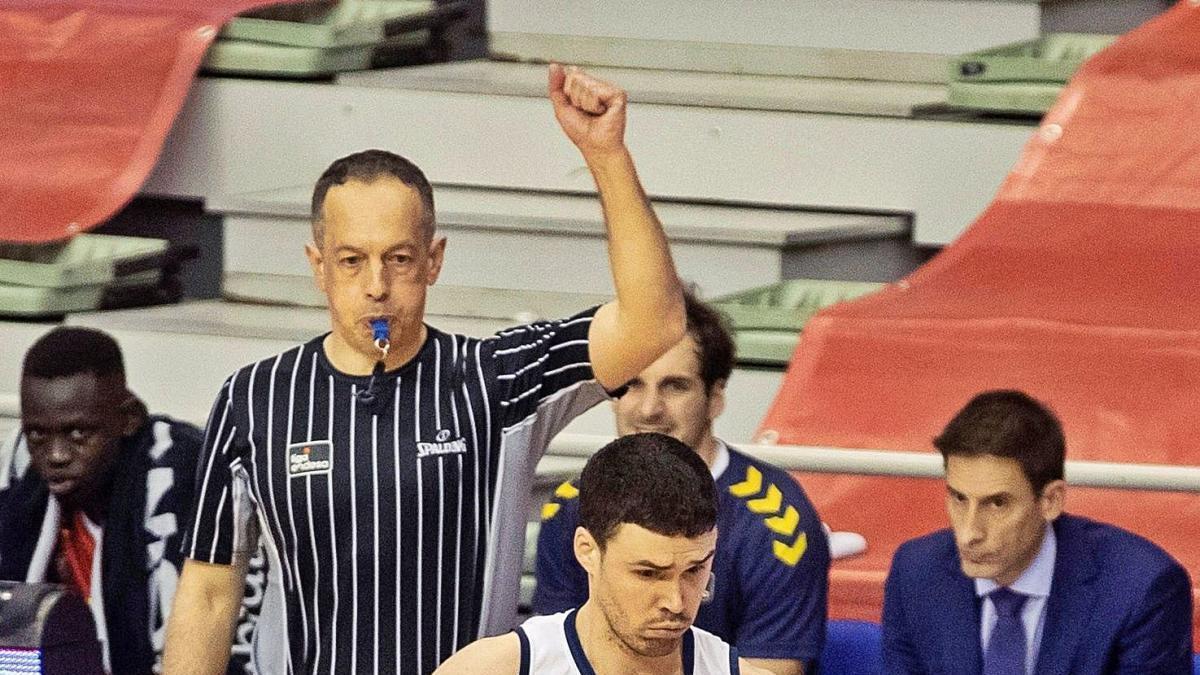 La foto mostra com va ser el partit, amb un Dani Pérez superior a un Frankamp esgotat