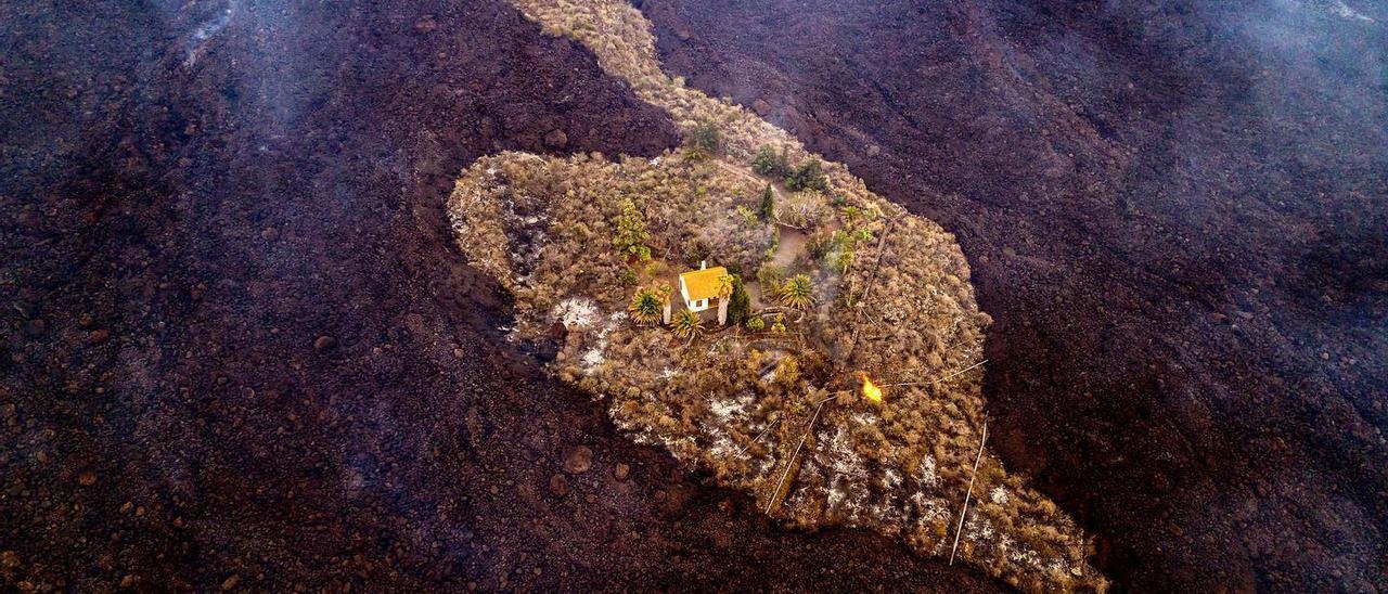 La foto en la que aparece la casa de los Cocq rodeada por las coladas de lava del volcán de Cabeza de Vaca.