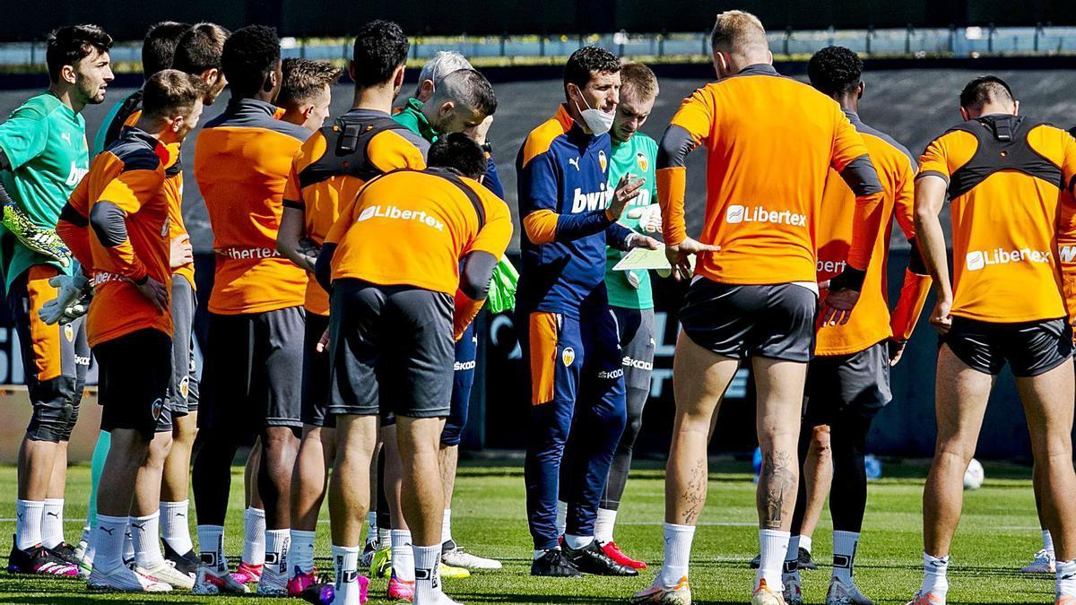 Javi Gracia se dirige a los futbolistas del Valencia CF, antes de empezar el entrenamiento. | LÁZARO DE LA PEÑA / VCF