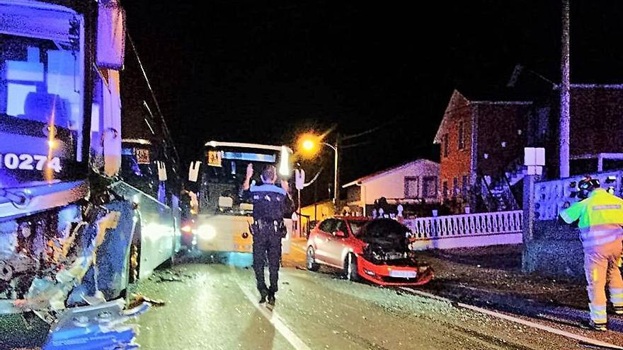Dos heridos al chocar un bus y un coche en el cruce de Arillo