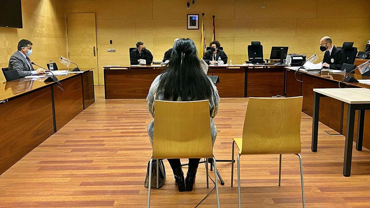 L'acusada d'estafar més de 14.500 euros amb la targeta de crèdit de la víctima, a l'Audiència.