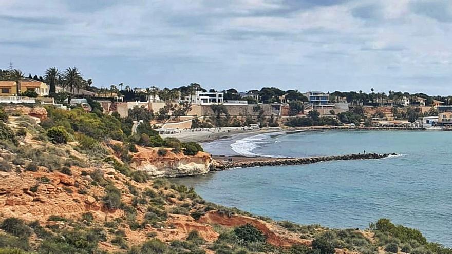 Costas descarta que el deterioro del espigón de La Caleta suponga un riesgo para la playa