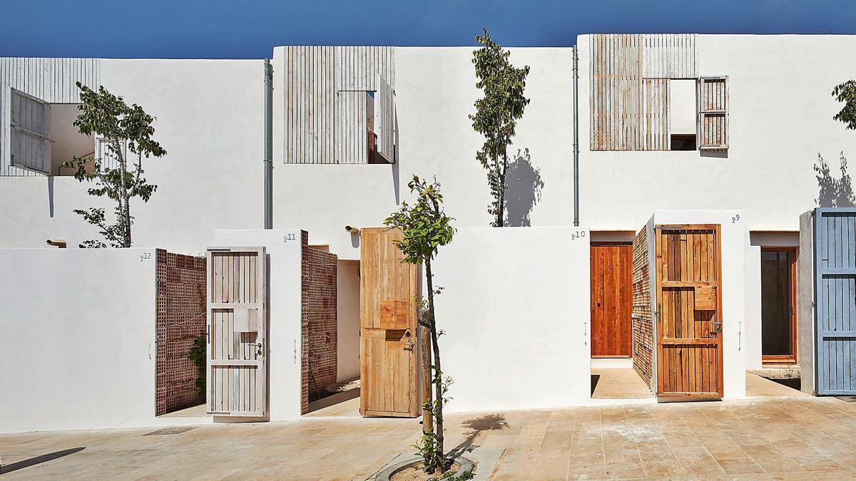 imagen de la promoción de viviendas públicas construidas en Formentera, utilizando la posidonia como aislante. | LIFE REUSING POSIDONIA