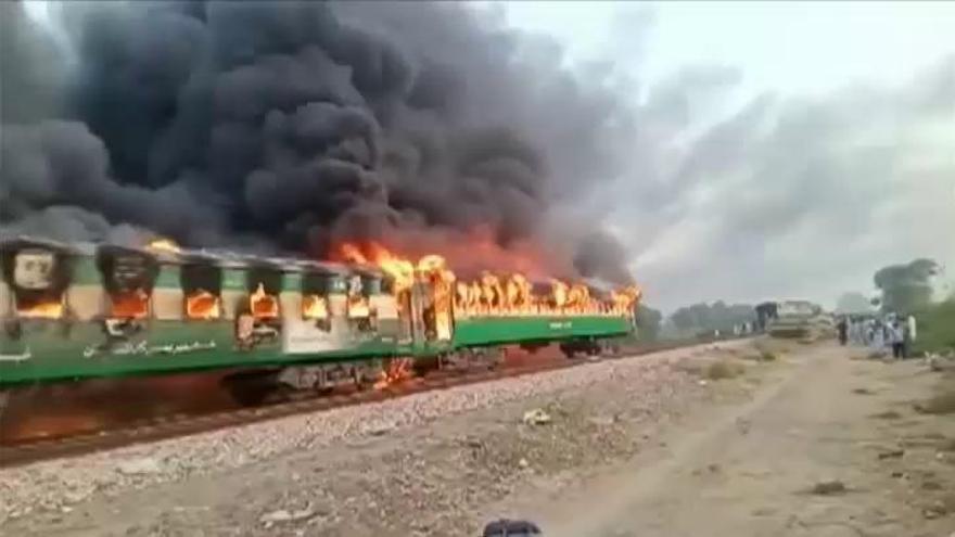 Al menos 65 muertos tras la explosión de una bombona de gas en un tren de Pakistán