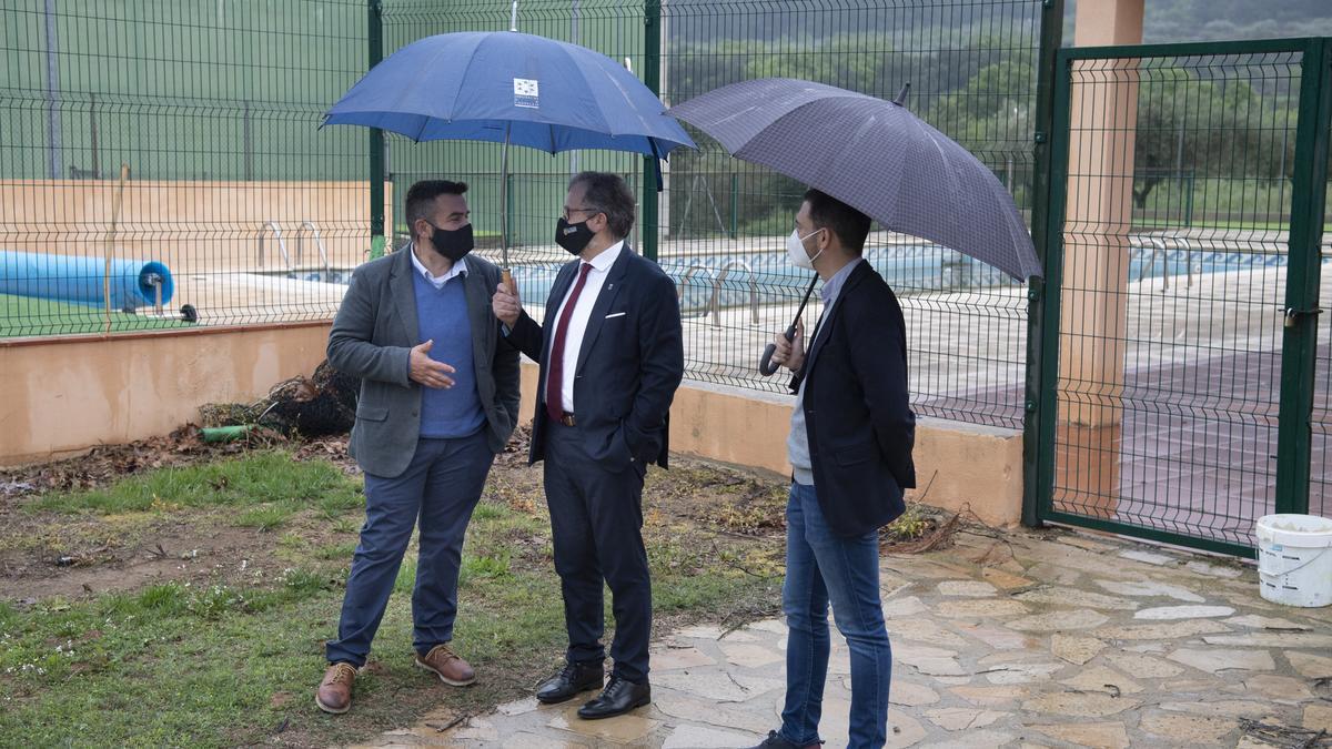 El presidente de la Diputación, José Martí, conversa con el alcalde de la Torre d'en Besora (i), delante del recinto de la piscina.