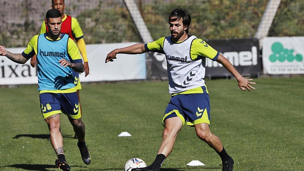 Kirian Rodríguez maneja el balón ante la presencia de Aridai Cabrera durante el entrenamiento de ayer en Barranco Seco. | | LP/DLP