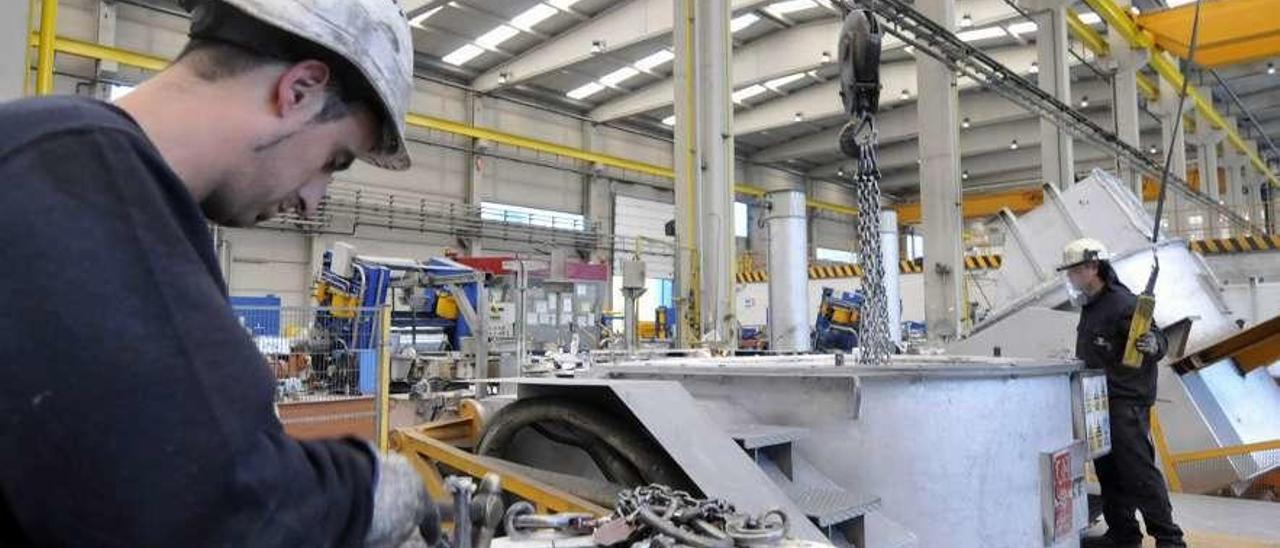 Trabajadores de Asla, en la fábrica de Pola de Lena.