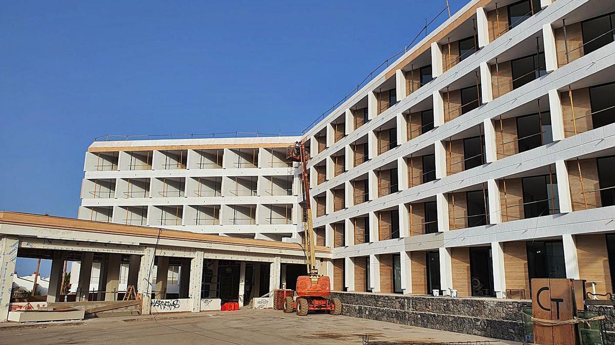 Construcción del hotel que inaugurará la compañía en noviembre en Tenerife.