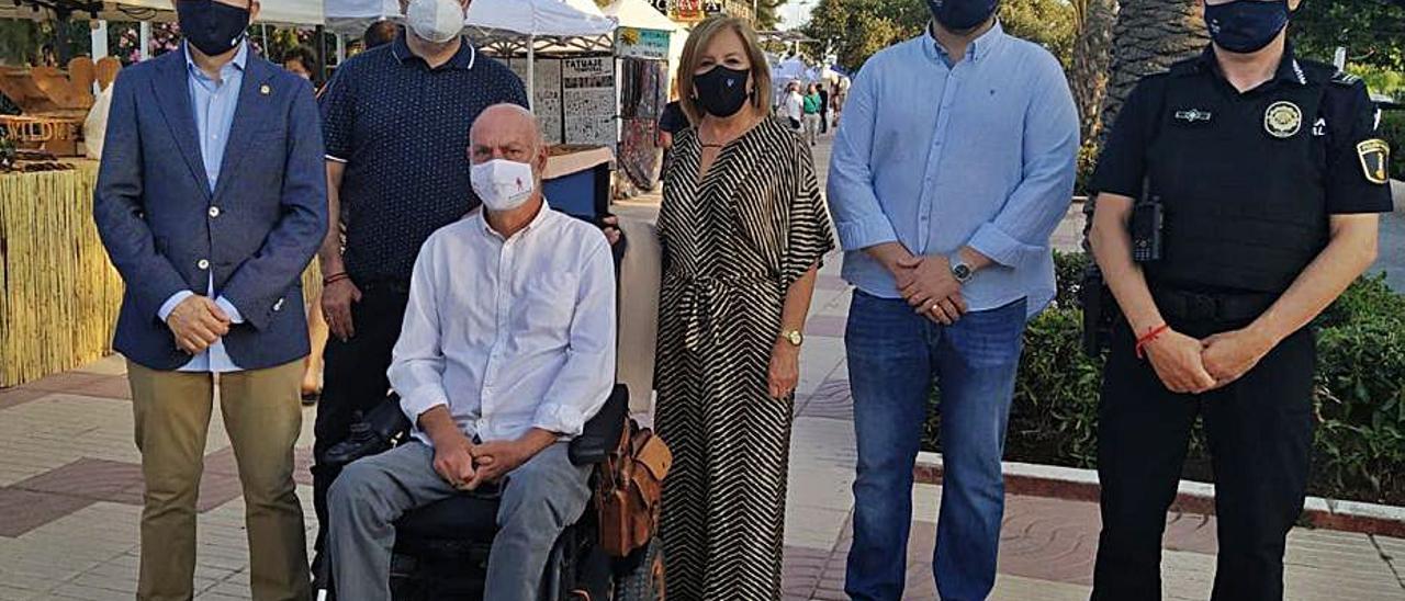 Miembros del gobierno inaugurando el mercado artesano. | LEVANTE-EMV