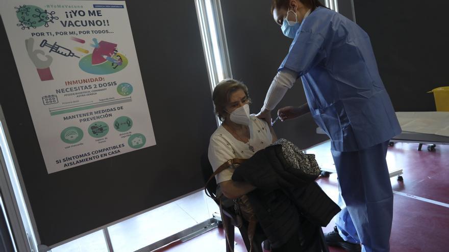 """Juan Cofiño: """"Tenemos constancia de un error  en la vacunación a algunos profesionales que no la tenían prescrita"""""""