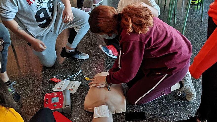 Bellreguard Els estudiants de l'IES Joan Fuster realitzen un curs de primers auxilis i reanimació cardipulmonar