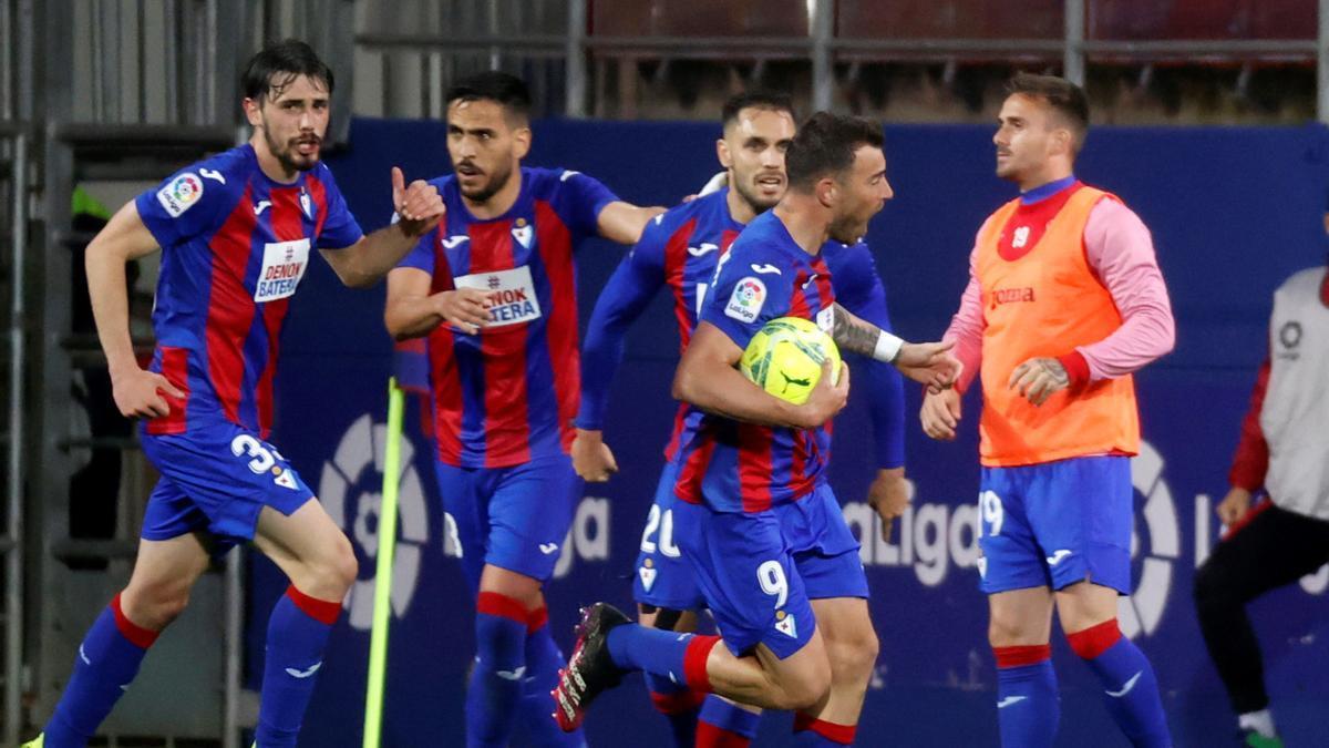 Los jugadores del Eibar celebran el gol