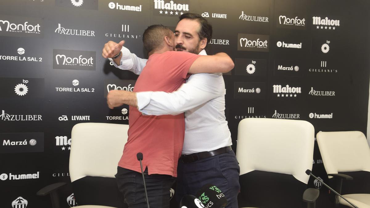 Vicente Montesinos y Sergi Escobar se abrazan en la despedida del almassorí como entrenador albinegro en su primera etapa.