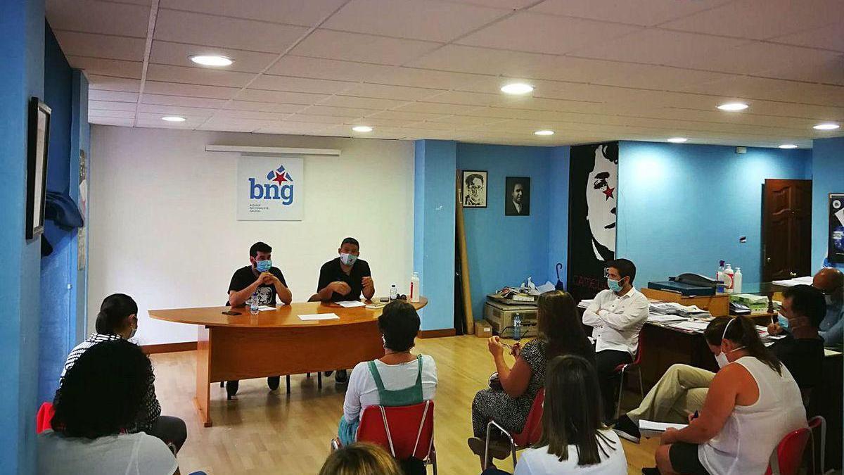 Los diputados, en la sede comarcal del BNG, ante representantes de las Anpas.