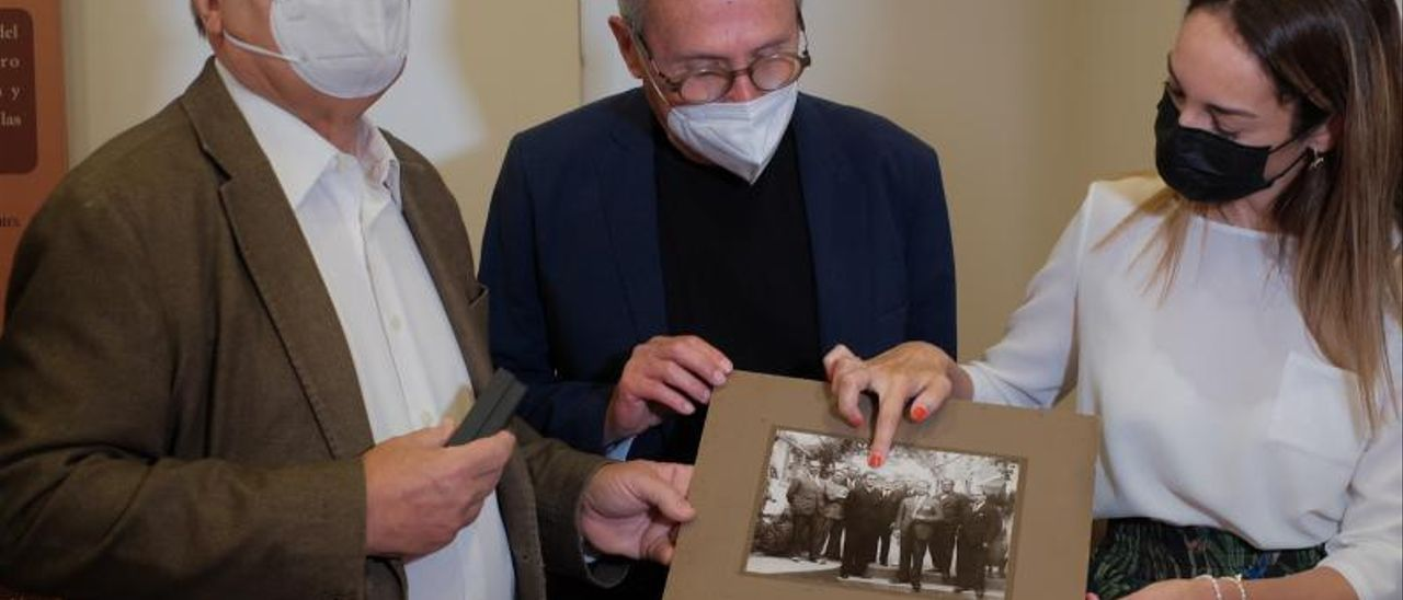 José Medina, José Antonio Sosa y Guacimara Medina, señalan en una foto a Nicolás Díaz Saavedra. | | LP/DLP