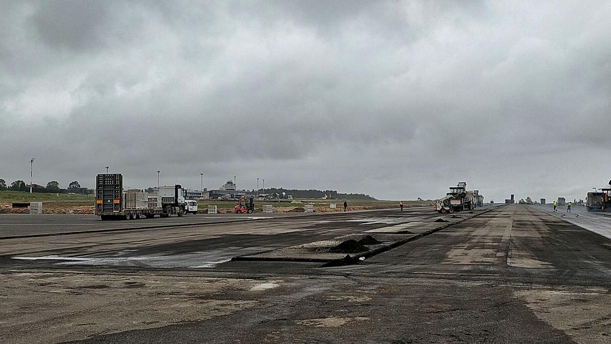 A máxima intensidad. Ochocientas personas en varios turnos trabajan sin interrupción para la renovación de la pista del aeropuerto de Asturias.