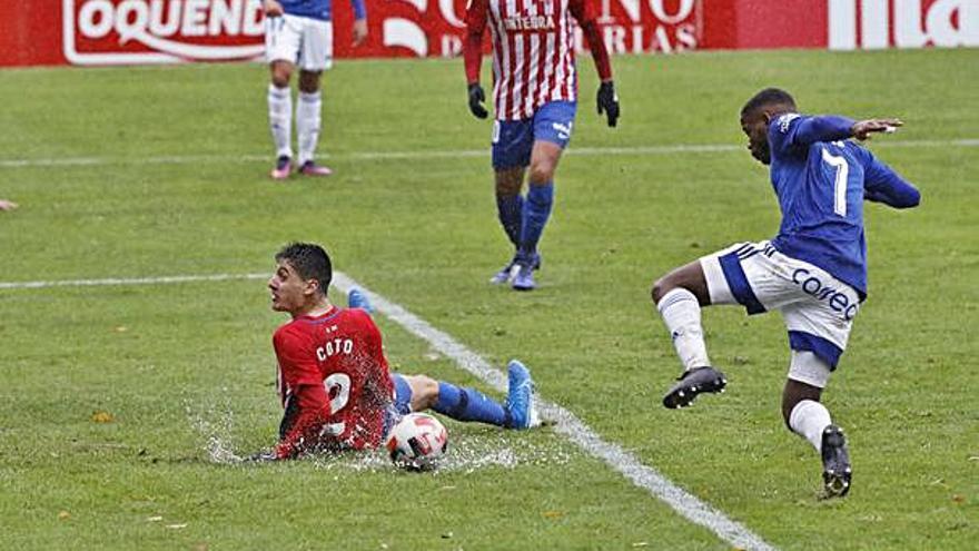 Sobre estas líneas, el remate de  Vanderson tras el resbalón de  Enol Coto que acabó en gol, y un  cabezazo de Mecerreyes que se fue  desviado por muy poco. | Á. González